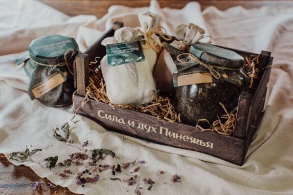 Даже упаковка у бренда с приставкой «эко-»: чай фасуют в льняные мешочки, которые созданы руками местных мастеров, коробочки и стеклянные банки