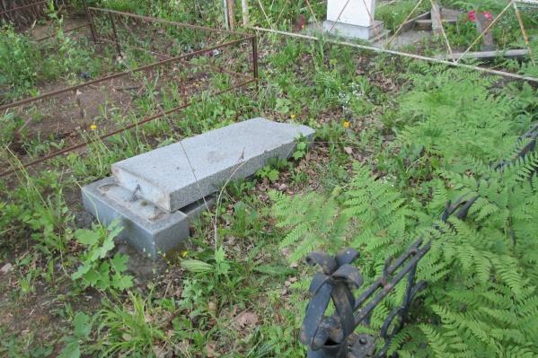 Хулиганы повалили надгробные плиты
