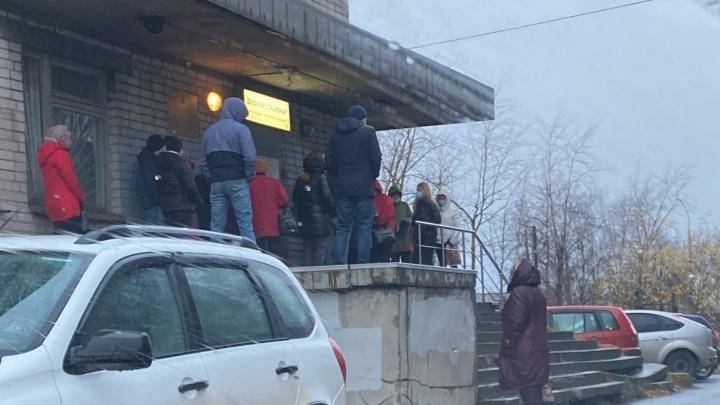 Жителей Архангельска возмутила большая очередь на сдачу ПЦР-тестов