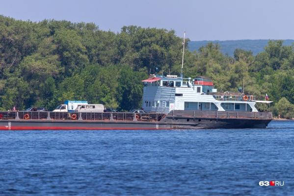Единственное судно, которое перевозит автотранспорт на правый берег, находилось на ремонте