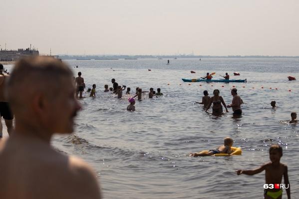 Самарцы спасаются от жары на пляжах