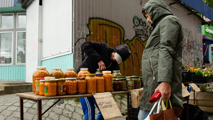 Дачники-курьеры и хитрые перекупщики: сколько стоят свежие ягоды в Архангельске и где их выгодно купить