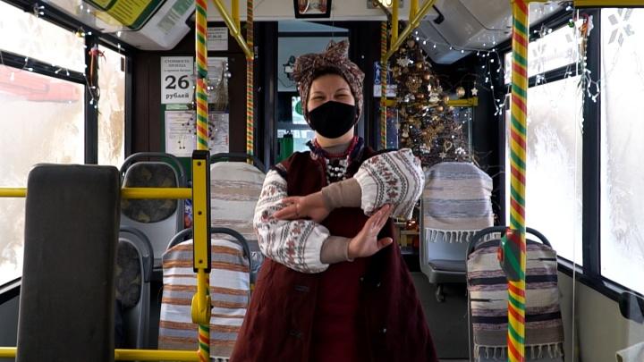 «В конце дня лицо болит от улыбки»: кондуктор каждый год украшает автобус в стиле новогодних сказок