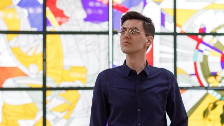«Духовная измученность не стоит никакой зарплаты»: 32-летний красавчик бросил Москву и стал эльфом-библиотекарем