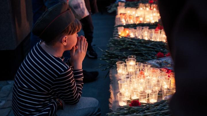 Новосибирцы зажгли свечи в память о погибших в Великой Отечественной войне — 10 трогательных кадров