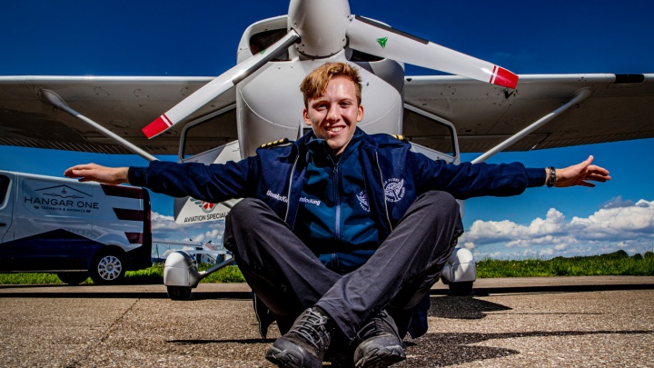 «Топливный бак пустой, это безумие!» В Кольцово приземлился 18-летний пилот из Англии, решивший в одиночку облететь весь мир