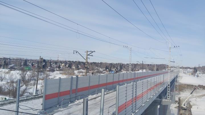 На новом омском железнодорожном мосту установили шумозащитные экраны