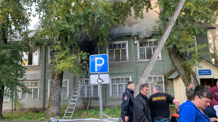 В Плесецке загорелось здание, где принимают ЖКХ-платежки и сидят чиновники