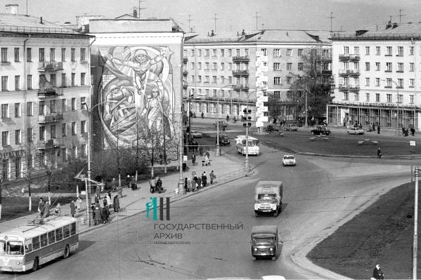 Эту мозаику на Комсомольской площади до сих пор можно увидеть