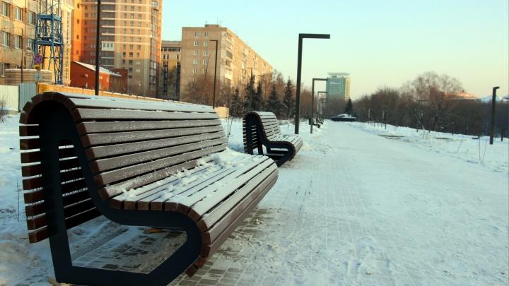 На набережной Оми к Новому году поставили новые скамейки