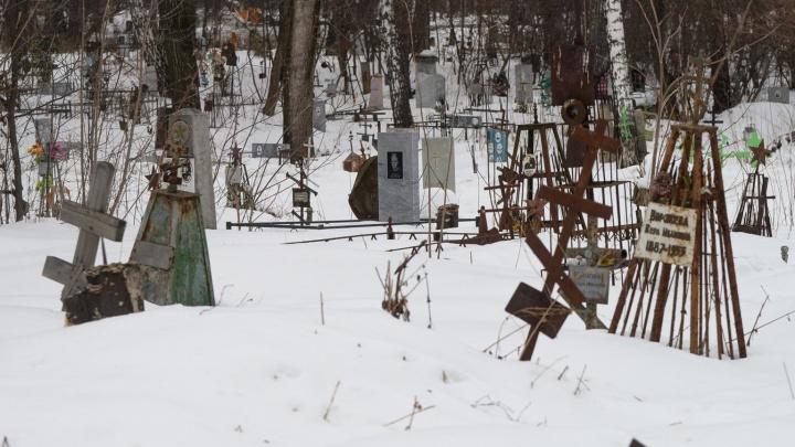 «Готовы были везти гроб к мэрии». У екатеринбуржца вымогали деньги за могилу