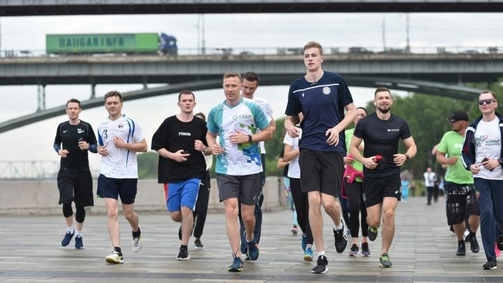 Сбер провел «пробежку со звездой» накануне «Зеленого марафона»