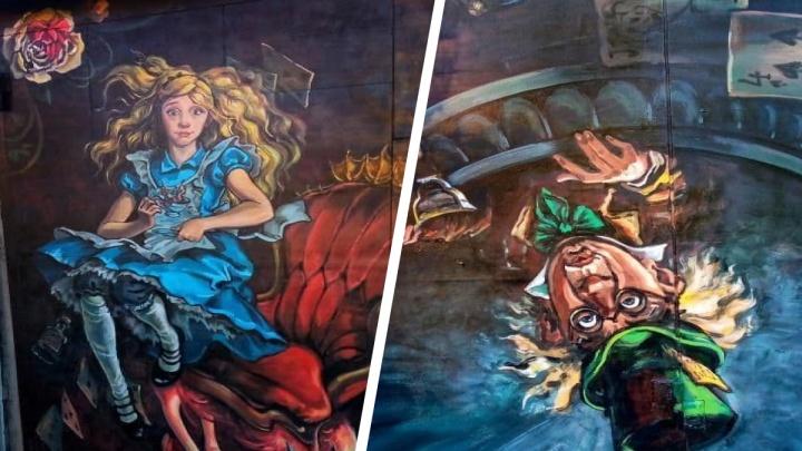 Художница нарисовала на гараже сибирячки героев сказки «Алиса в Стране чудес» — смотрим, что получилось
