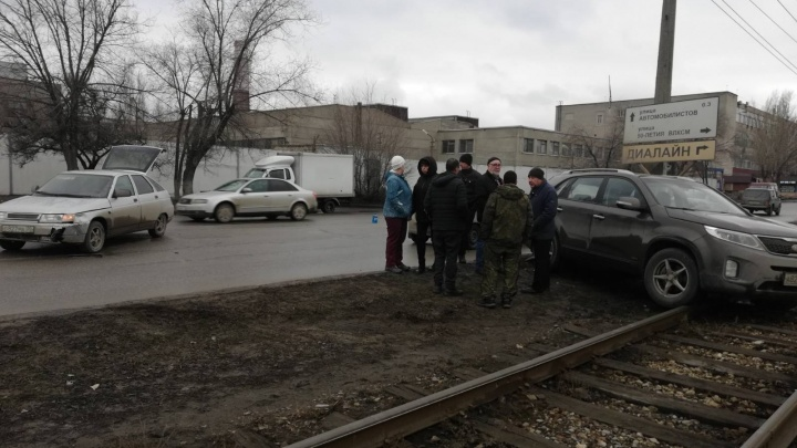 Выбил страйк: в Волгограде столкновение легковушки и кроссовера остановило движение трамваев