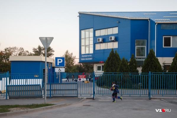 По словам родителей, после их жалобы на организацию работы в школе тренеру пригрозили увольнением
