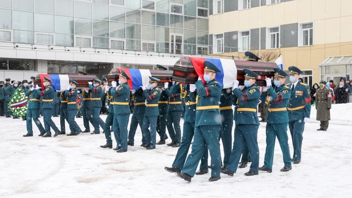 «Мы потеряли часть семьи»: как Красноярск простился с погибшими в огне пожарными