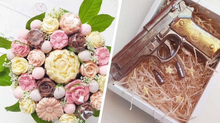 Архангелогородка делает необычные подарки. Оружие с патронами и пышные букеты — всё это из шоколада