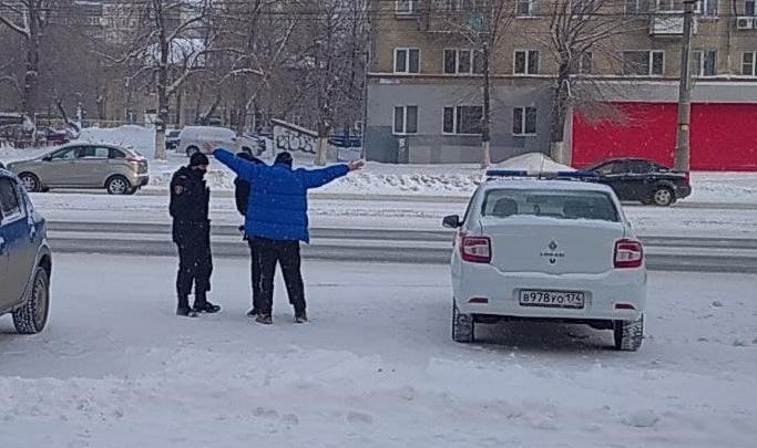 В Челябинске мужчина бросился на капот машины и прокатился на нем до здания администрации