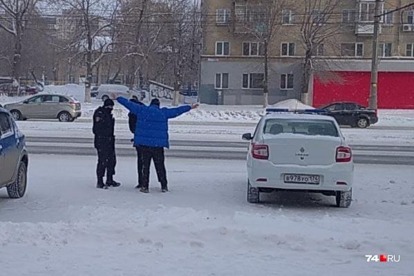 До администрации Ленинского района этот мужчина в синей куртке решил добраться своеобразным способом
