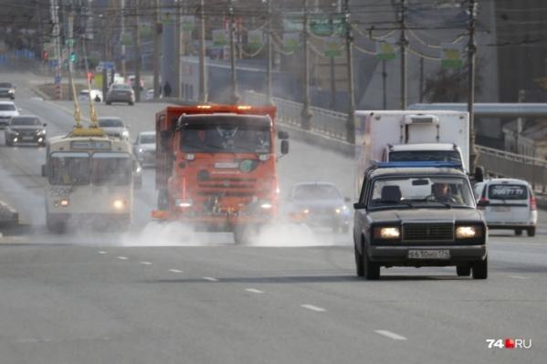 Подрядчик уверяет, что шампунь не останется на дорогах, он будет смываться чистой водой