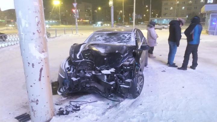 Пострадал 23-летний водитель: подробности ДТП на Космонавтов, где KIA снесла забор и вылетела на тротуар
