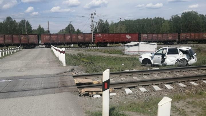 Громко слушала музыку и не услышала поезд: на Урале женщину за рулем Land Rover сбил товарняк