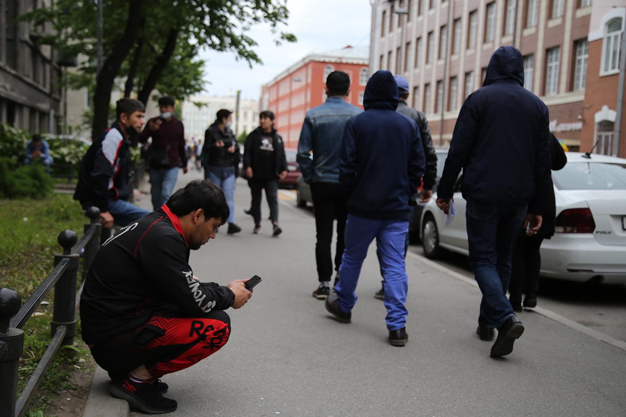 Сотни человек собрались у Единого миграционного центра в Петербурге. Они стоят в очереди за разрешением на работу