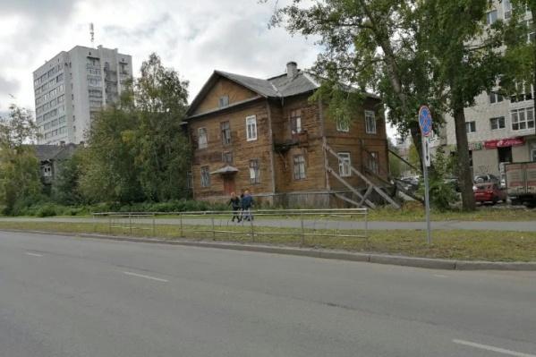 Здание подпирает специальная конструкция с 2018 года, но аварийным дом признали только этой весной