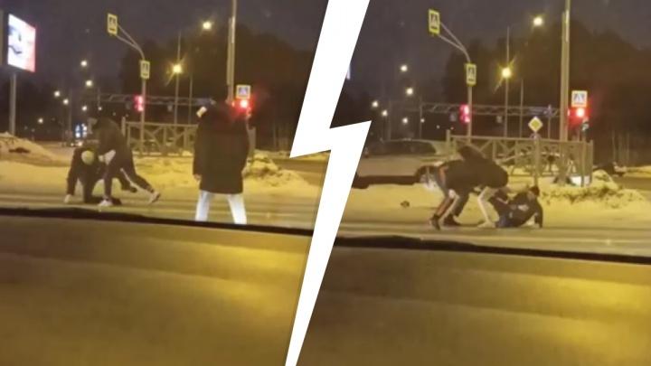 В Екатеринбурге не поделившие дорогу автомобилисты устроили драку посреди перекрестка: видео