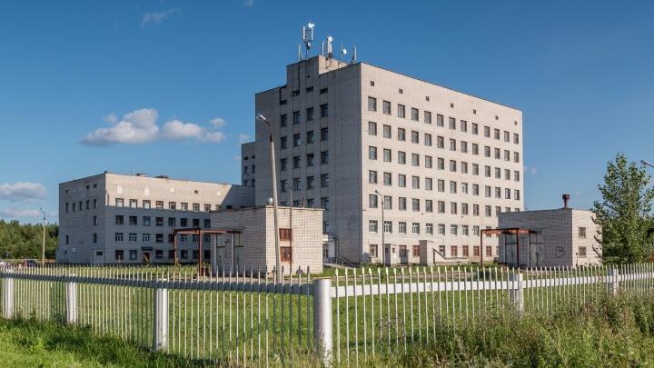 На территории Коряжемской больницы протекла труба. Пациенты останутся без воды на время ремонта