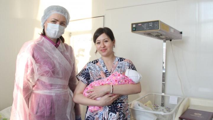 Первых омичей, родившихся в 2021 году, назвали Алина и Мирон