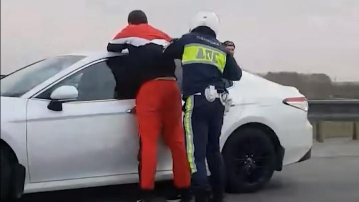 Водитель Toyota, которого со стрельбой задержали на Кольцовском тракте, оказался при погонах