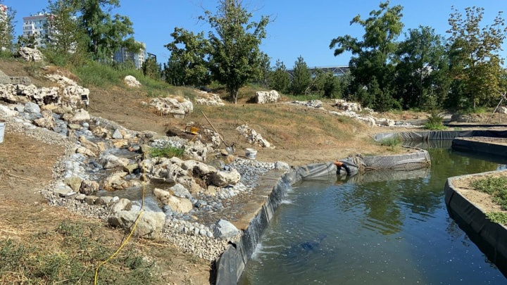 Семиметровые ручьи и плакучие ивы: в ЦПКиО Волгограда готовятся к установке парящих над водой камней