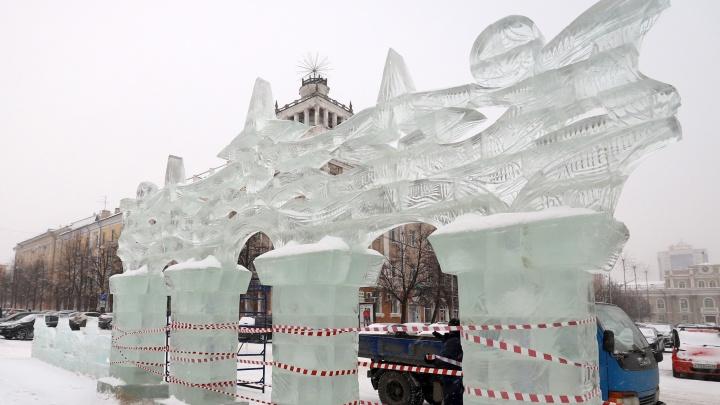 В Кургане из-за перепадов температур часть ледяных фигур стала опасной