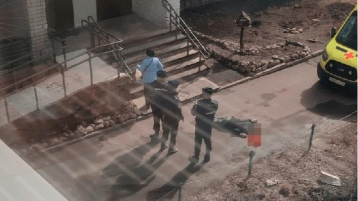 В Ярославле с балкона выпал молодой мужчина