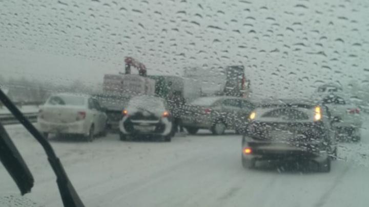 На трассе в Кузбассе произошло массовое ДТП. В нем пострадали два человека