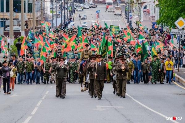 Традиционное шествие в честь Дня пограничника обычно проходит по центру города