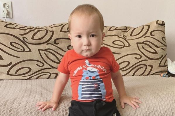 Артем Сармашов постепенно учится стоять и ходить