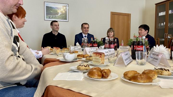 Исполнительный директор Гремячинского ГОКа лично поздравил юбиляров предприятия