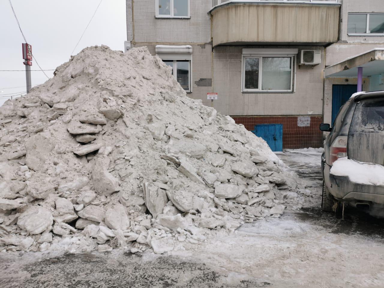 """«Кучи снега высотой с первый этаж, которые УК """"Спас-Дом"""" планирует оставить до весны», — прокомментировала фото читательница НГС"""