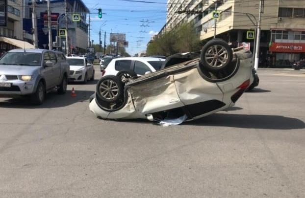 ДТП с переворотом в центре Волгограда попало на видео