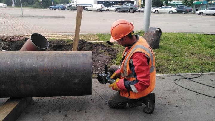 Трубу с горячей водой прорвало в Красноярске. Специалисты уже работают на месте аварии