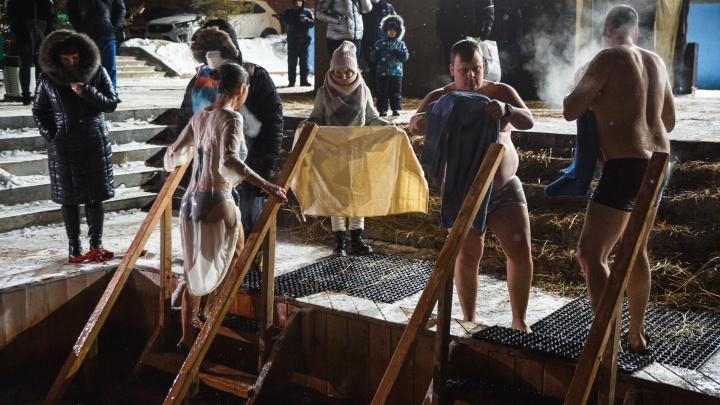 В Кемерово за ночь в купели окунулись около 2000человек. Среди них губернатор