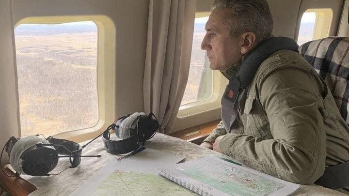 Губернатор Тюменской области экстренно облетает регион — в районах горят леса и поля