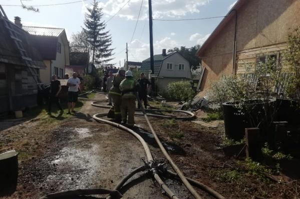 """На пожаре работают <nobr class=""""_"""">42 сотрудника</nobr> МЧС"""