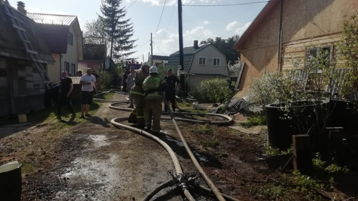 На Чусовском тракте вспыхнул крупный пожар в садах