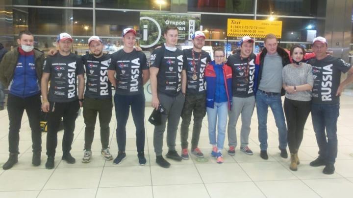Больше 17 часов в пути: гонщик Сергей Карякин и его команда вернулись в Екатеринбург с «Дакара»
