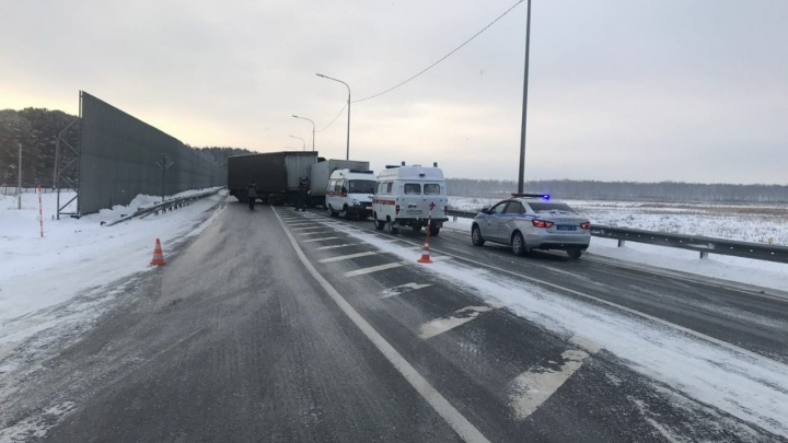 Из-за аварии грузовиков перекрыта федеральная трасса Тюмень — Омск. Одного водителя зажало в кабине