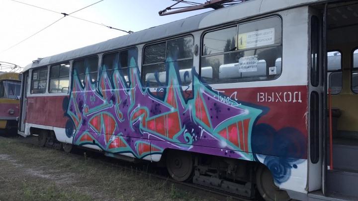 «А охрана куда смотрела?»: в Волгограде вандалы вывели из строя несколько трамвайных вагонов