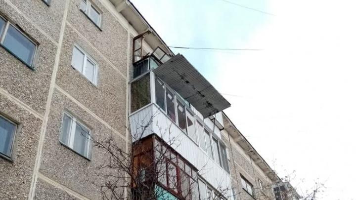 «Носите каски». Из-за оттепели в Екатеринбурге стали падать глыбы льда и разваливаться крыши